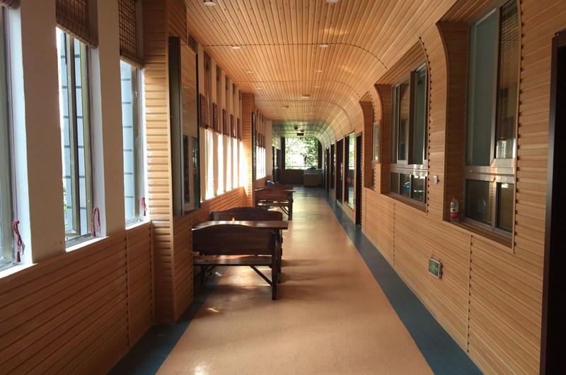 新方向鞋样设计学校校区走廊