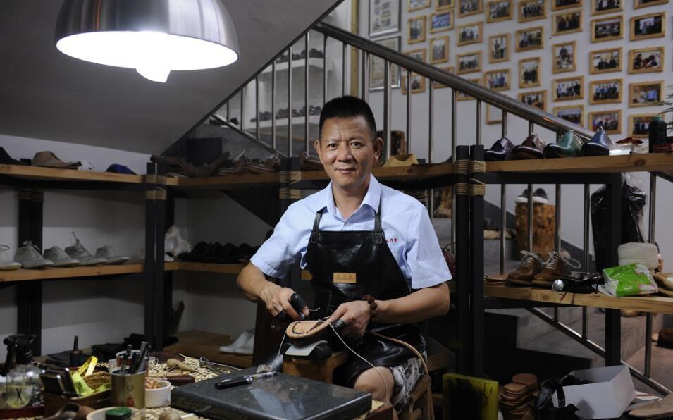陈大师在做缝合鞋